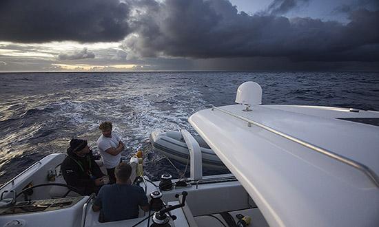 Dom bildades på minuter och tornade upp sig som svarta väggar ute på havet.  Mitt i dom var det kraftigt regn 5a9b55ddfdac7